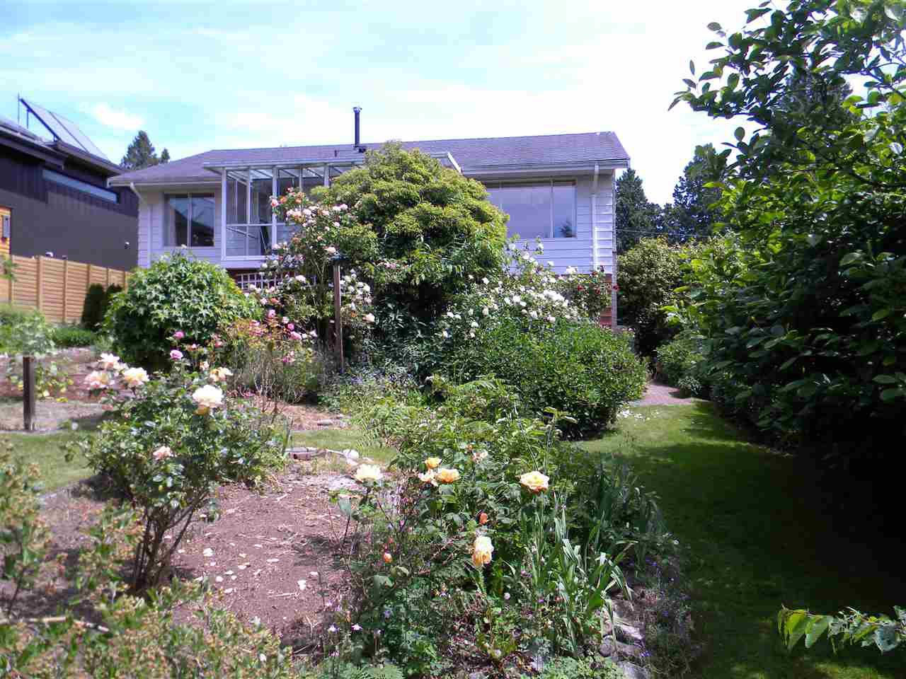 """Photo 3: Photos: 939 LEE Street: White Rock House for sale in """"East Beach"""" (South Surrey White Rock)  : MLS®# R2376460"""