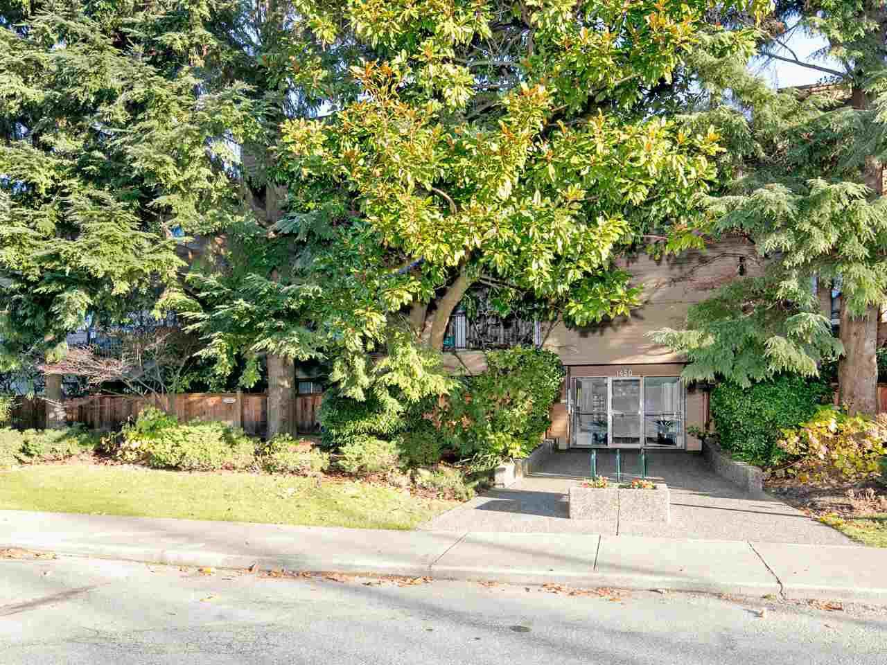 "Main Photo: 308 1450 LABURNUM Street in Vancouver: Kitsilano Condo for sale in ""KITSILANO POINT"" (Vancouver West)  : MLS®# R2227248"
