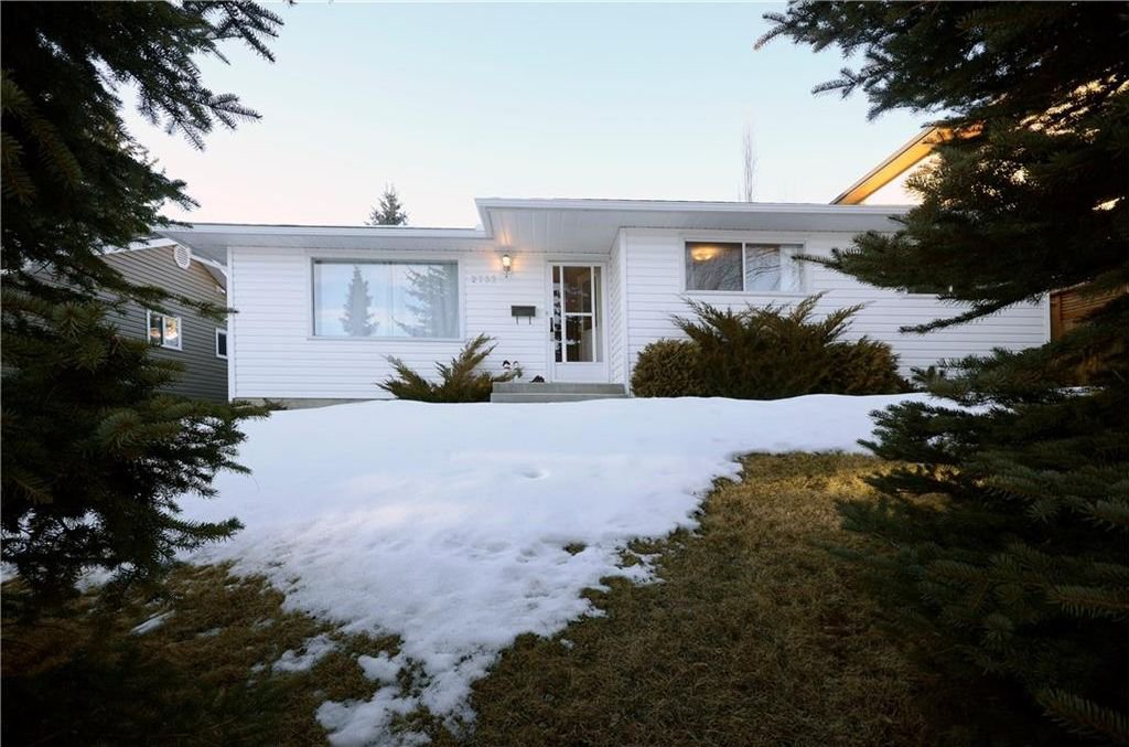 Main Photo: 2732 CANNON Road NW in Calgary: Charleswood House for sale : MLS®# C4162729