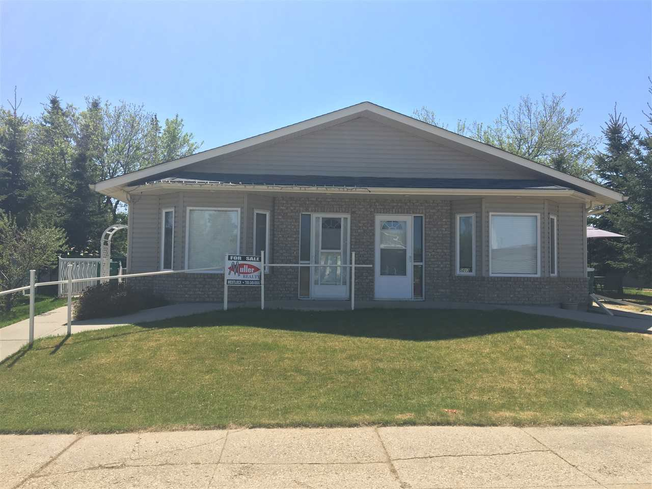 Main Photo: 5013A 50 Avenue: Clyde House Half Duplex for sale : MLS®# E4101831
