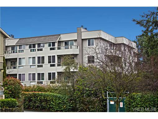 Main Photo: 205 949 Cloverdale Ave in VICTORIA: SE Quadra Condo Apartment for sale (Saanich East)  : MLS®# 658759