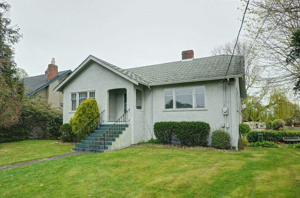 Main Photo: 1075 Roslyn Rd in VICTORIA: OB South Oak Bay Single Family Detached for sale (Oak Bay)  : MLS®# 728001
