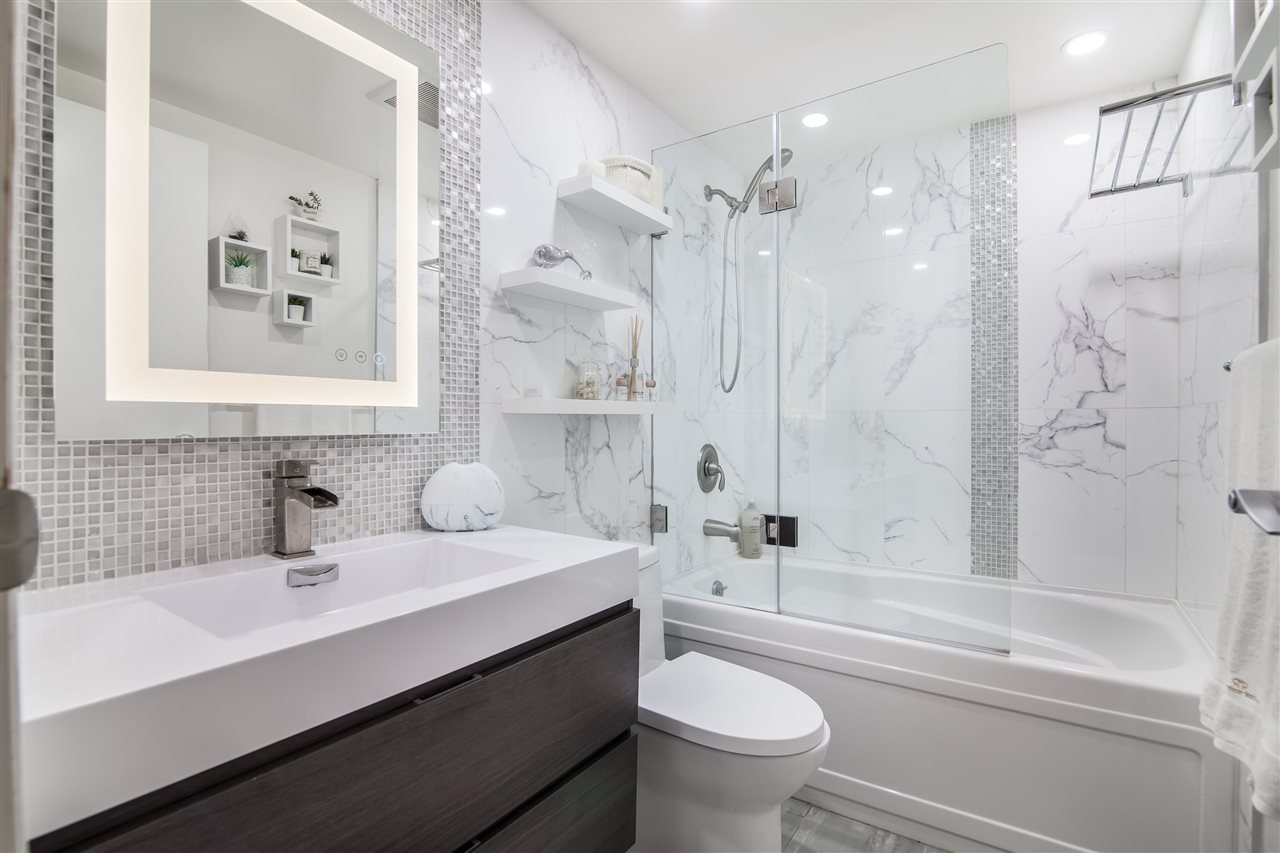 """Photo 17: Photos: 2301 1033 MARINASIDE Crescent in Vancouver: Yaletown Condo for sale in """"QUAY WEST"""" (Vancouver West)  : MLS®# R2373254"""