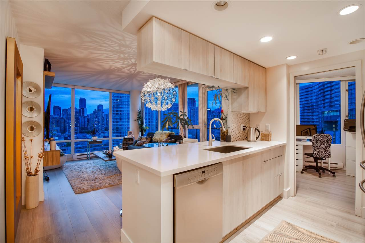 """Photo 4: Photos: 2301 1033 MARINASIDE Crescent in Vancouver: Yaletown Condo for sale in """"QUAY WEST"""" (Vancouver West)  : MLS®# R2373254"""