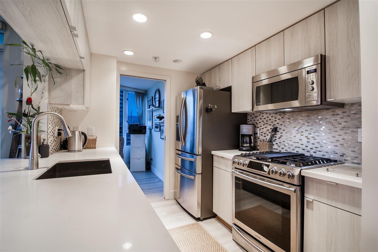 """Photo 5: Photos: 2301 1033 MARINASIDE Crescent in Vancouver: Yaletown Condo for sale in """"QUAY WEST"""" (Vancouver West)  : MLS®# R2373254"""