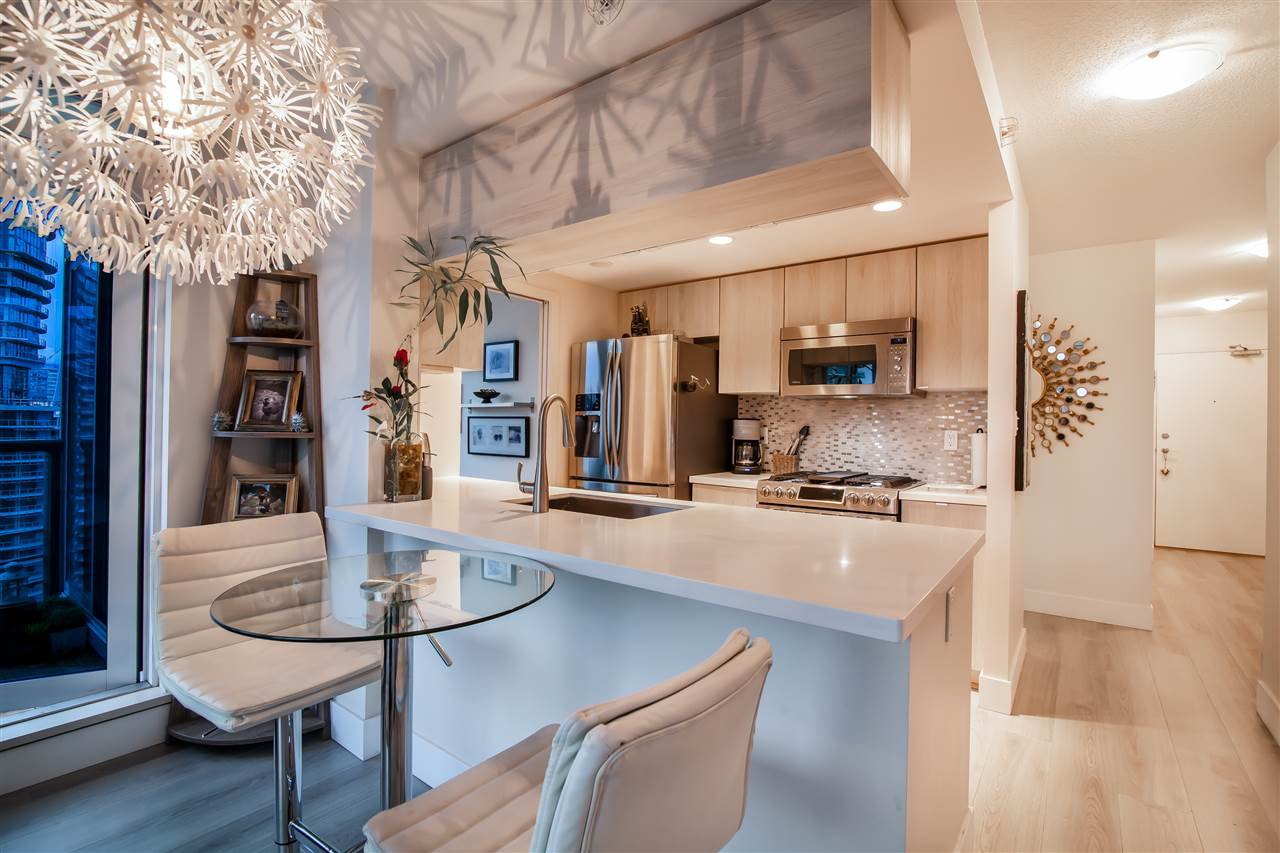 """Photo 7: Photos: 2301 1033 MARINASIDE Crescent in Vancouver: Yaletown Condo for sale in """"QUAY WEST"""" (Vancouver West)  : MLS®# R2373254"""
