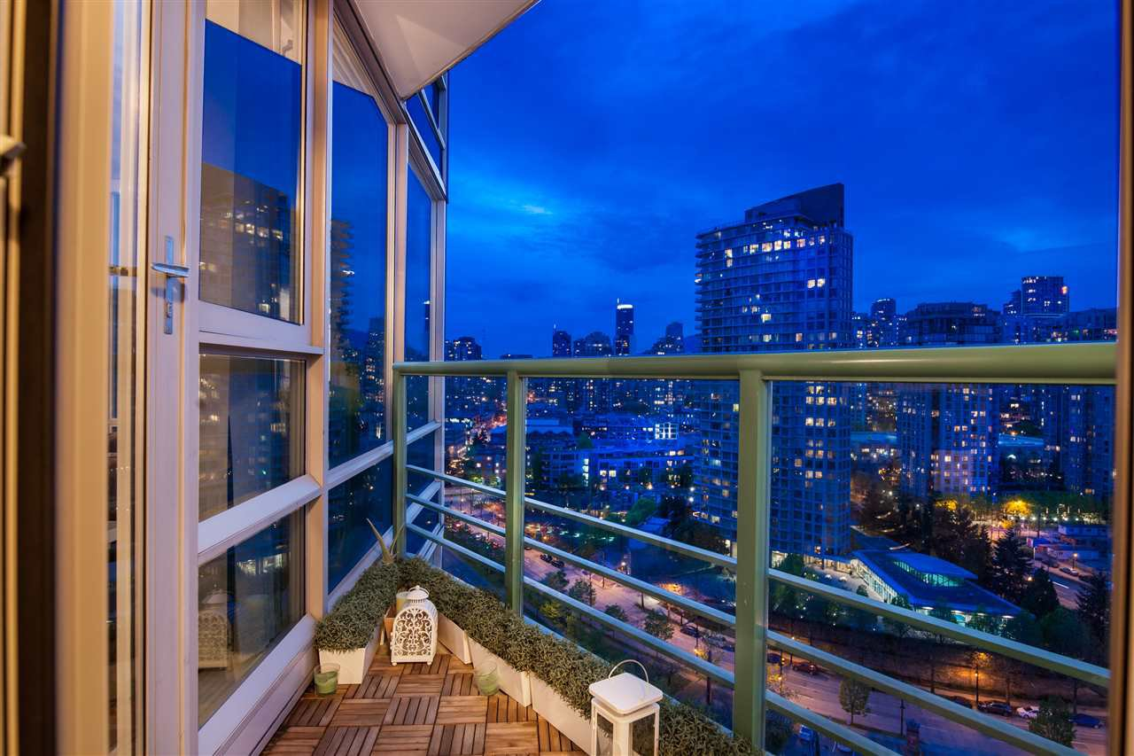 """Photo 11: Photos: 2301 1033 MARINASIDE Crescent in Vancouver: Yaletown Condo for sale in """"QUAY WEST"""" (Vancouver West)  : MLS®# R2373254"""