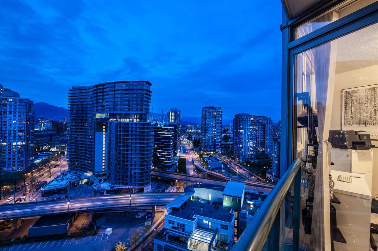 """Photo 9: Photos: 2301 1033 MARINASIDE Crescent in Vancouver: Yaletown Condo for sale in """"QUAY WEST"""" (Vancouver West)  : MLS®# R2373254"""