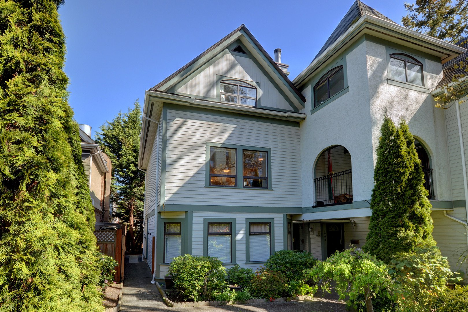 Main Photo: 1720 Leighton Road in VICTORIA: Vi Jubilee Townhouse for sale (Victoria)  : MLS®# 390628