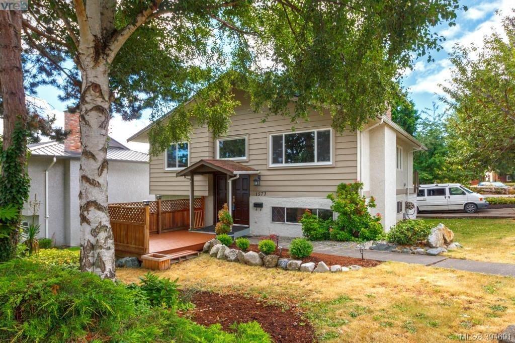 Main Photo: 1573 Arbordale Avenue in VICTORIA: SE Mt Doug Single Family Detached for sale (Saanich East)  : MLS®# 394691