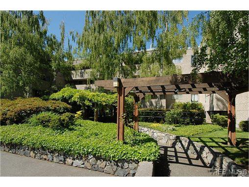 Main Photo: 104 1366 Hillside Avenue in Victoria: Vi Hillside Condo for sale : MLS®# 267395