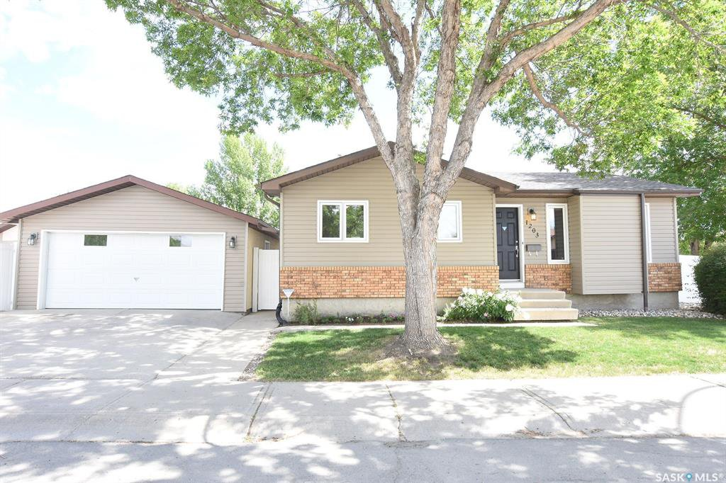 Main Photo: 1203 Arnason Street North in Regina: Rochdale Park Residential for sale : MLS®# SK776903