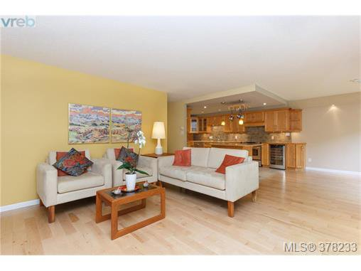 Main Photo: 104 420 Linden Ave in VICTORIA: Vi Fairfield West Condo for sale (Victoria)  : MLS®# 759474