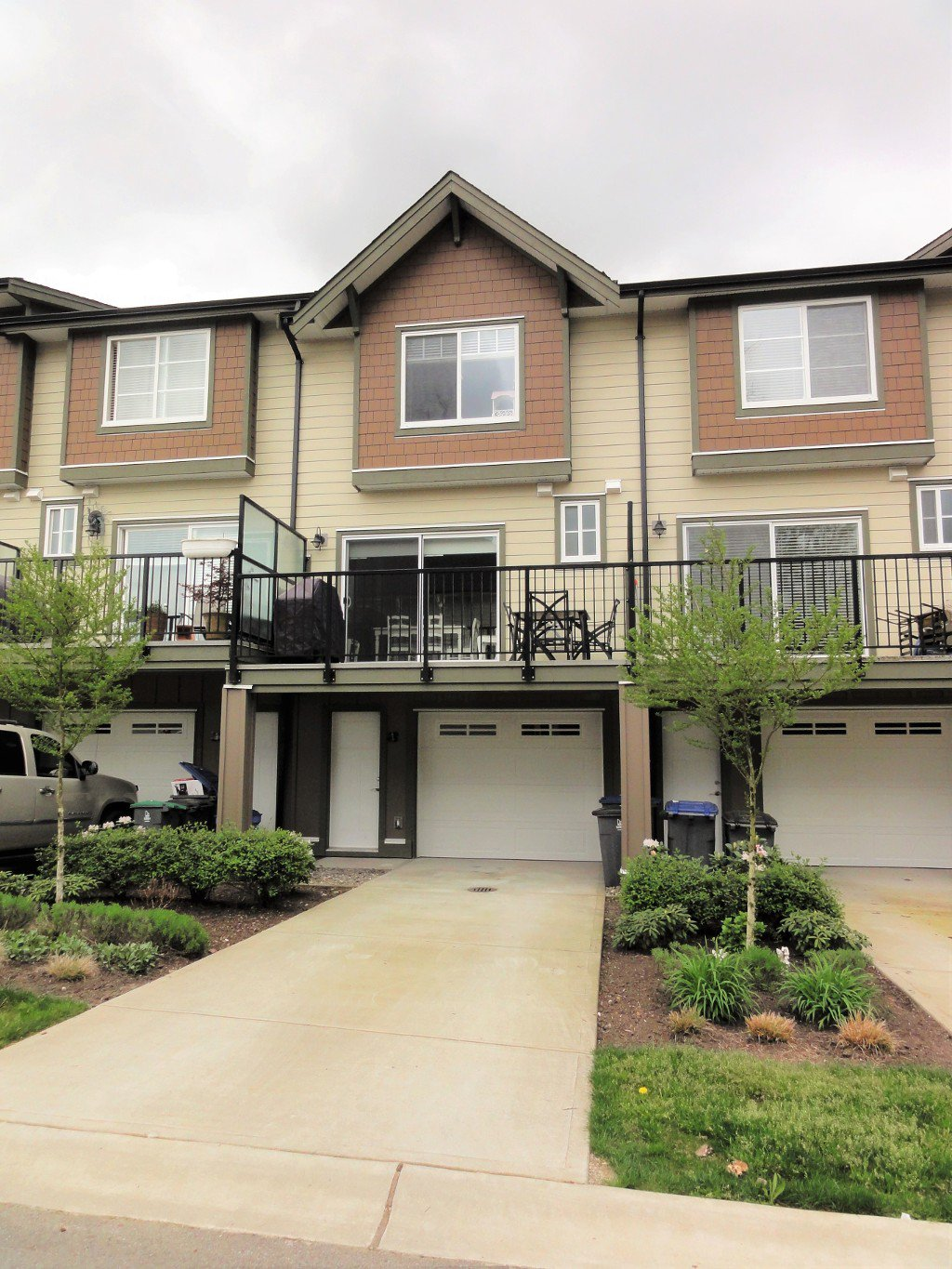 SHOWS LIKE NEW!  Fantastic 3 Bdrm (2 Up/1 Down) + 4 Bath BEAUTIFUL 3 Storey 1681 SF Townhome with Mountain Views