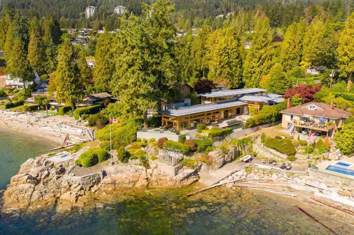 Photo 3: Photos: 3190 TRAVERS Avenue in West Vancouver: West Bay House for sale : MLS®# R2408057