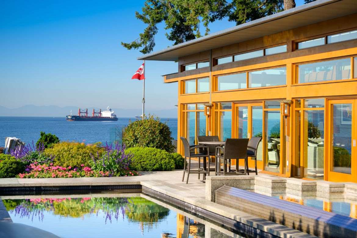 Photo 2: Photos: 3190 TRAVERS Avenue in West Vancouver: West Bay House for sale : MLS®# R2408057