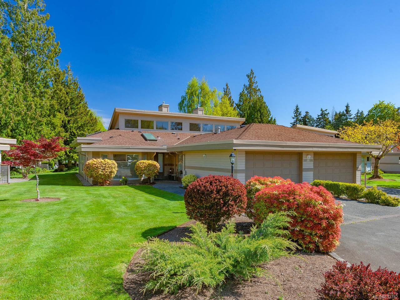 Main Photo: 1237 Pond Pl in FRENCH CREEK: PQ French Creek Row/Townhouse for sale (Parksville/Qualicum)  : MLS®# 812782
