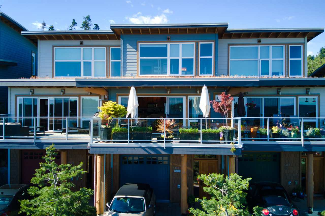 Main Photo: 5384 WAKEFIELD BEACH Lane in Sechelt: Sechelt District Townhouse for sale (Sunshine Coast)  : MLS®# R2470728