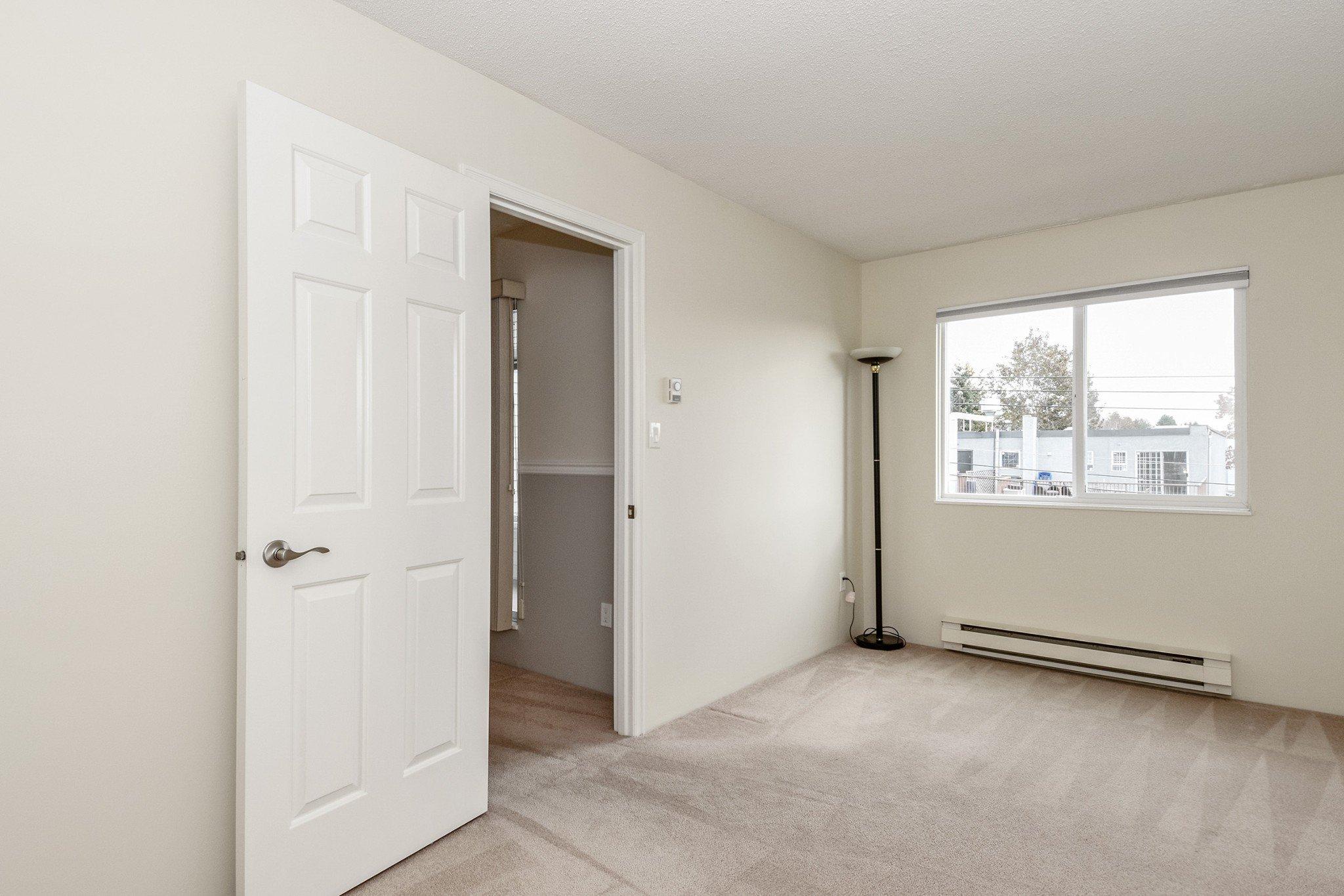 "Photo 10: Photos: 304 1354 WINTER Street: White Rock Condo for sale in ""Winter Estates"" (South Surrey White Rock)  : MLS®# R2418104"