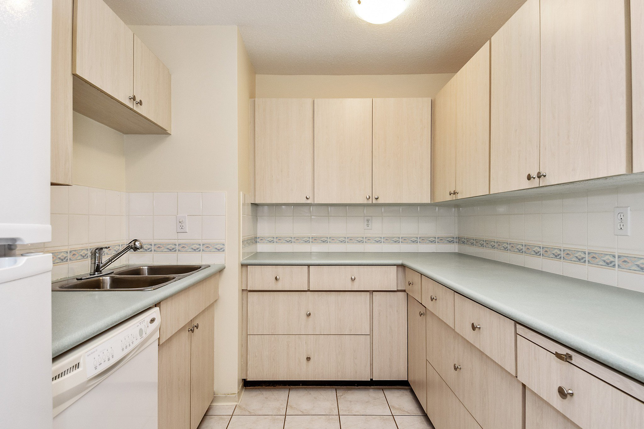 "Photo 7: Photos: 304 1354 WINTER Street: White Rock Condo for sale in ""Winter Estates"" (South Surrey White Rock)  : MLS®# R2418104"