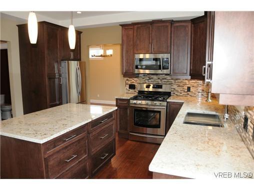 Photo 3: Photos: 559 Bezanton Way in VICTORIA: Co Latoria Residential for sale (Colwood)  : MLS®# 320044