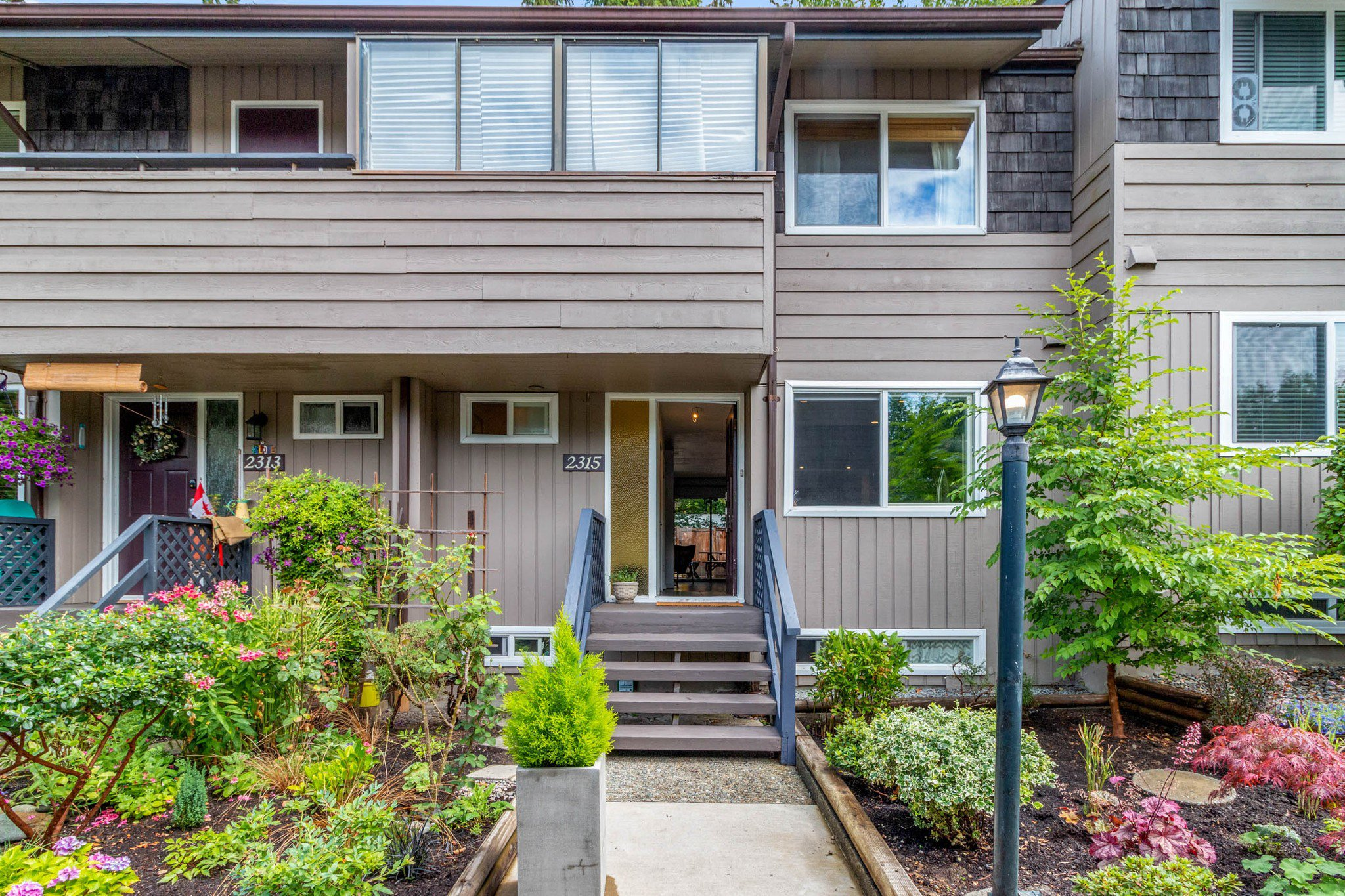 """Main Photo: 2315 MOUNTAIN Highway in North Vancouver: Lynn Valley Townhouse for sale in """"Yorkwood Park"""" : MLS®# R2483736"""
