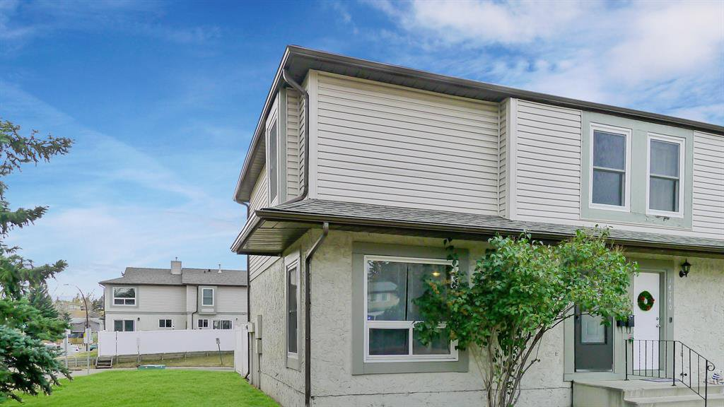 Main Photo: 14736 Deer Ridge Drive SE in Calgary: Deer Ridge Row/Townhouse for sale : MLS®# A1042747