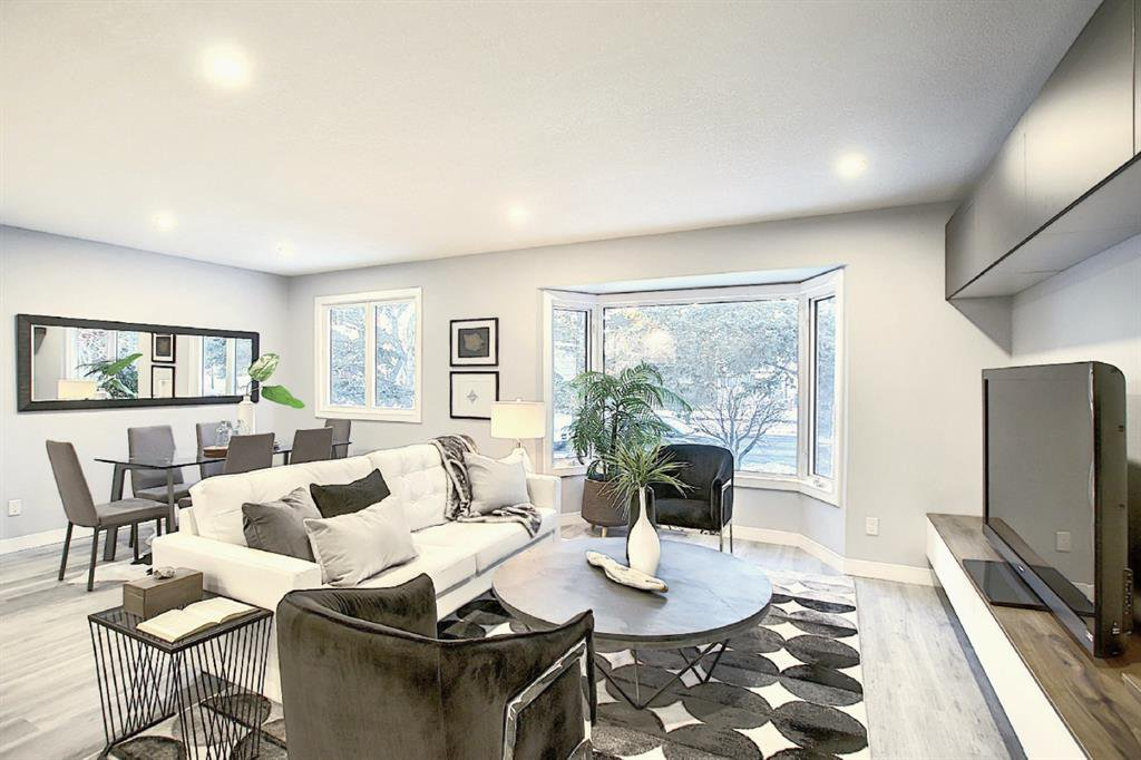Main Photo: 3831 Varsity Drive NW in Calgary: Varsity Detached for sale : MLS®# A1052093
