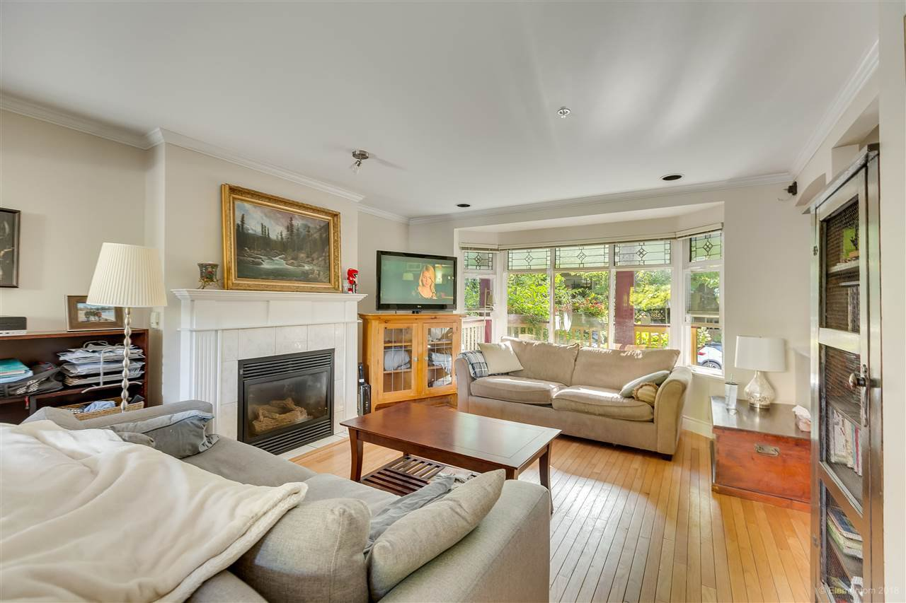 Photo 5: Photos: 1 2540 MANITOBA Street in Vancouver: Mount Pleasant VW House 1/2 Duplex for sale (Vancouver West)  : MLS®# R2397252