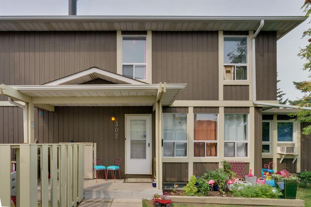 Main Photo: 302 544 BLACKTHORN Road NE in Calgary: Thorncliffe Row/Townhouse for sale : MLS®# A1025923