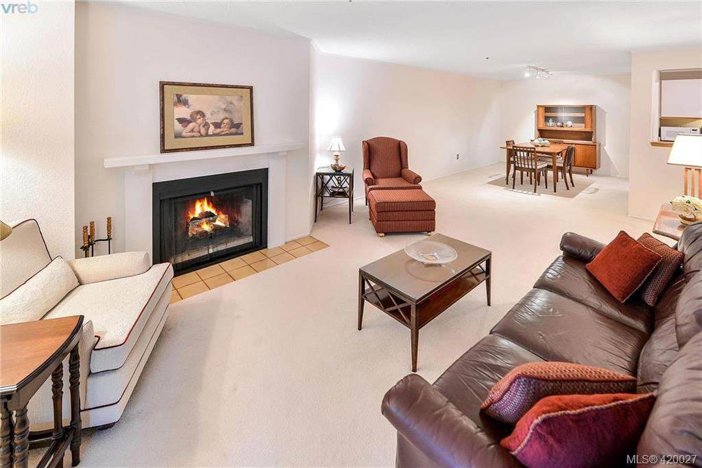 Main Photo: 112 1560 Hillside Avenue in VICTORIA: Vi Oaklands Condo Apartment for sale (Victoria)  : MLS®# 420027