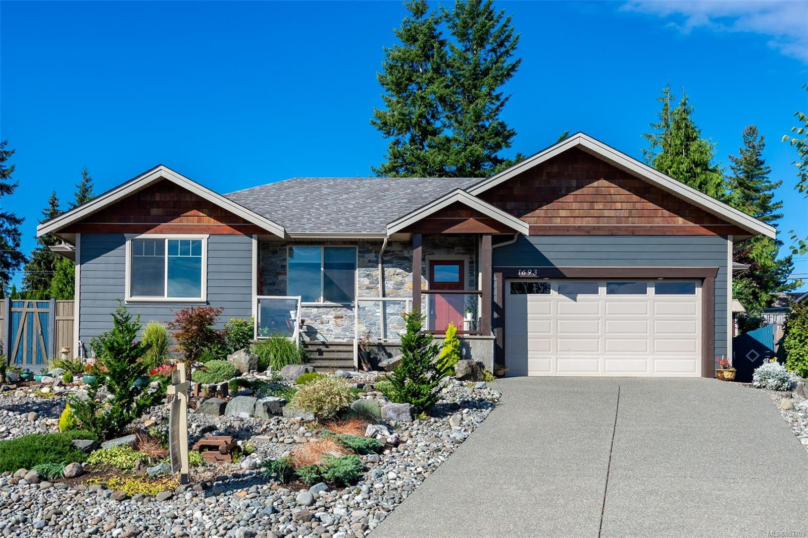 Main Photo: 1693 Glen Eagle Dr in : CR Campbell River Central House for sale (Campbell River)  : MLS®# 853709