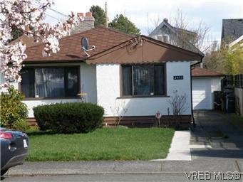 Main Photo: 2413 Mowat St in VICTORIA: OB Henderson House for sale (Oak Bay)  : MLS®# 599535