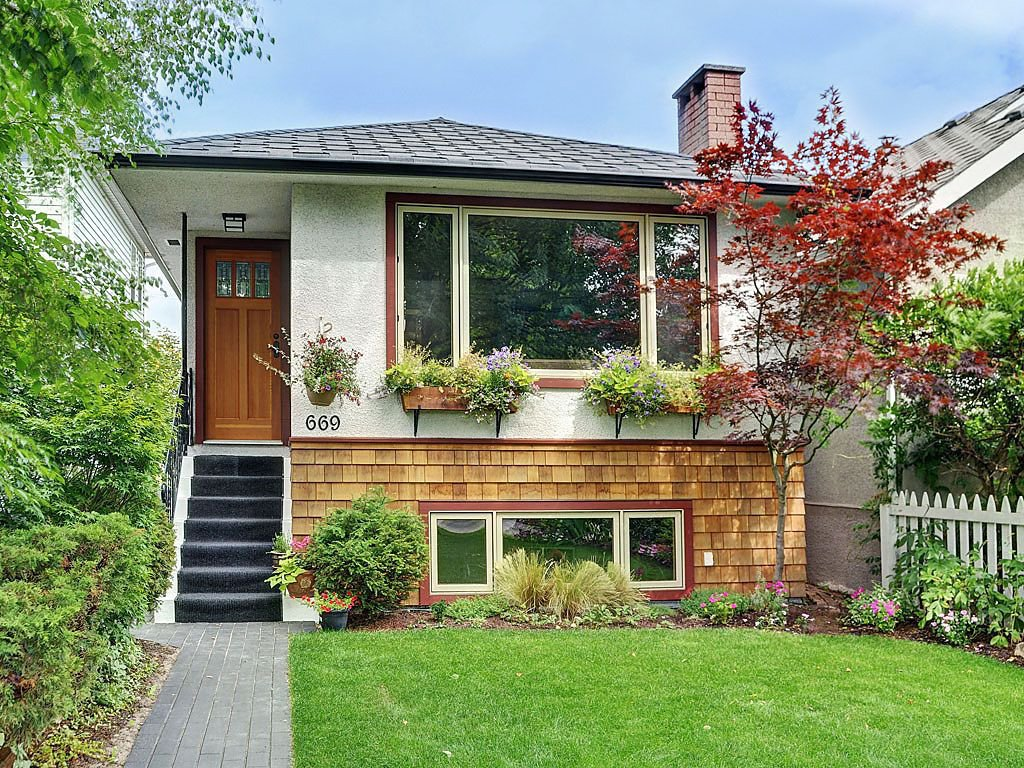 "Main Photo: 669 E 31ST Avenue in Vancouver: Fraser VE House for sale in ""FRASER"" (Vancouver East)  : MLS®# V969089"