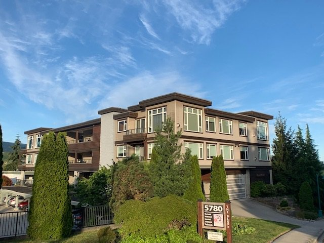 Main Photo: 10 5780 TRAIL AVENUE in Sechelt: Sechelt District Condo for sale (Sunshine Coast)  : MLS®# R2476578