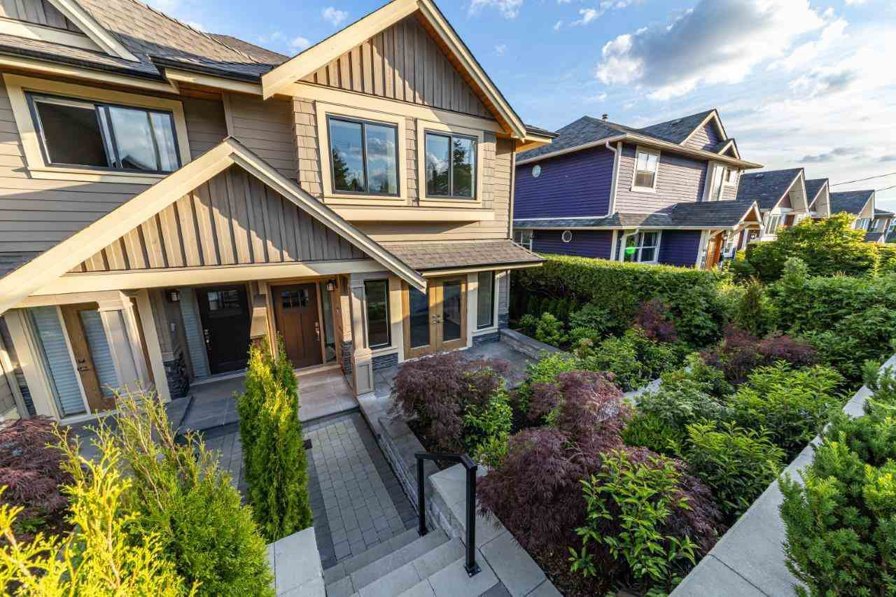 Photo 2: Photos: 543 E 4TH Street in North Vancouver: Lower Lonsdale House 1/2 Duplex for sale : MLS®# R2453996