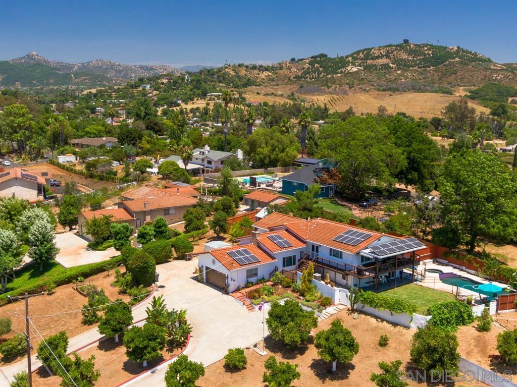 Main Photo: SOUTHEAST ESCONDIDO House for sale : 5 bedrooms : 1345 Loma de Naranjas in Escondido