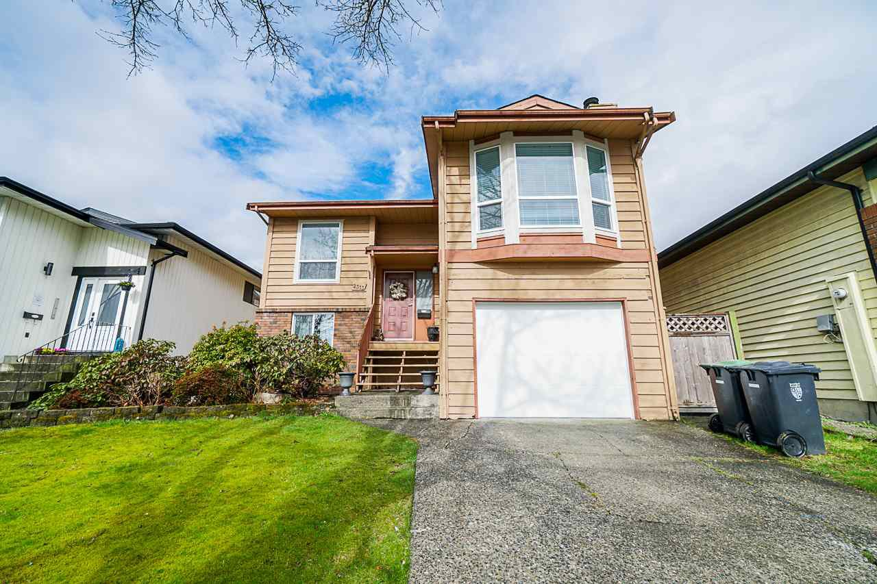 Main Photo: 2313 WAKEFIELD Drive in Langley: Willoughby Heights House for sale : MLS®# R2442757