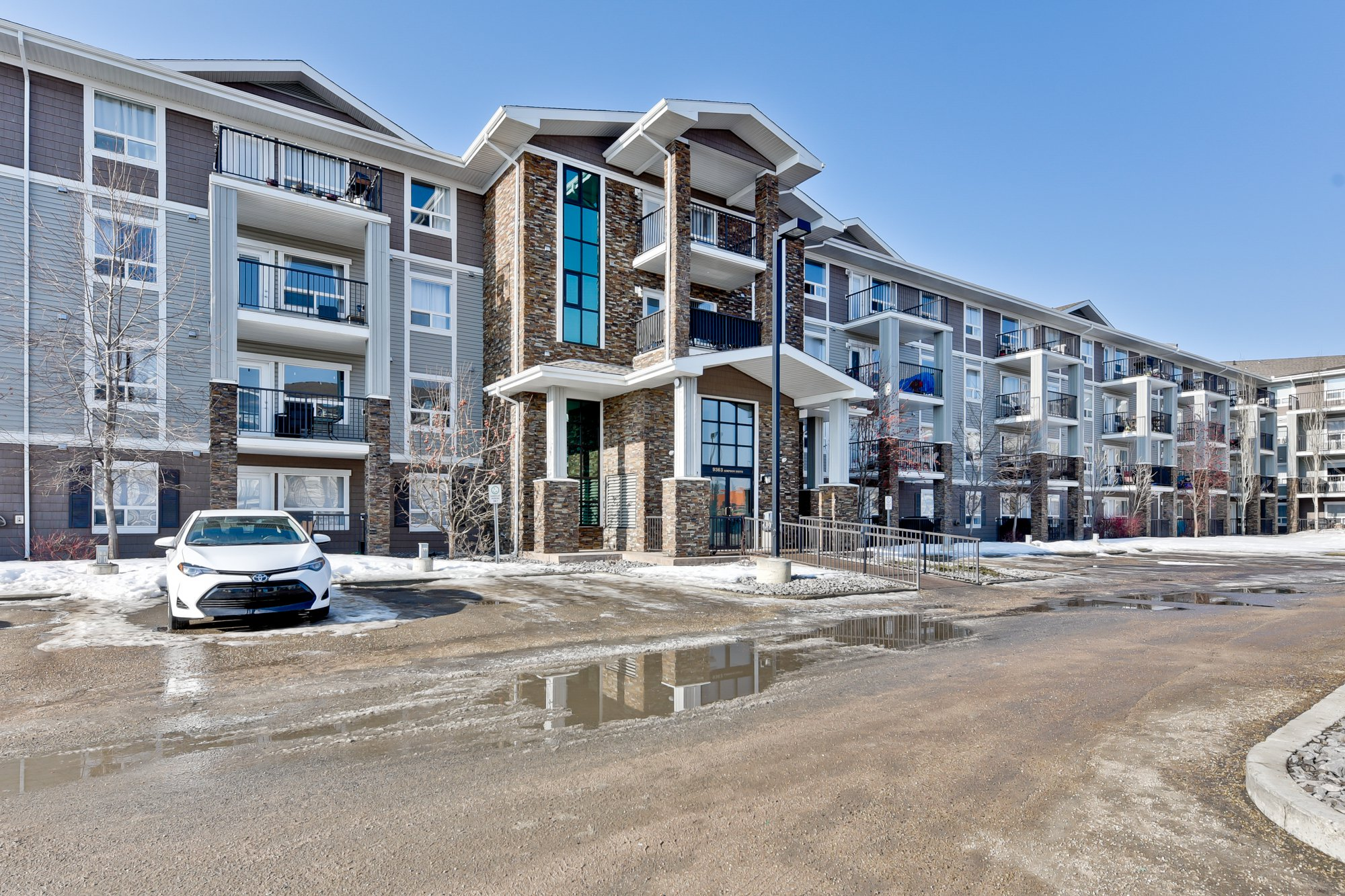 Main Photo: 1422 9363 Simpson Drive in Edmonton: South Terwillegar Condo for sale : MLS®# E4148861