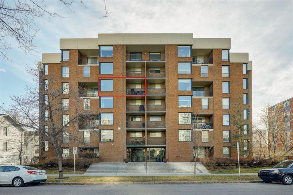Welcome to this unit located in a concrete building, walking distance to downtown.