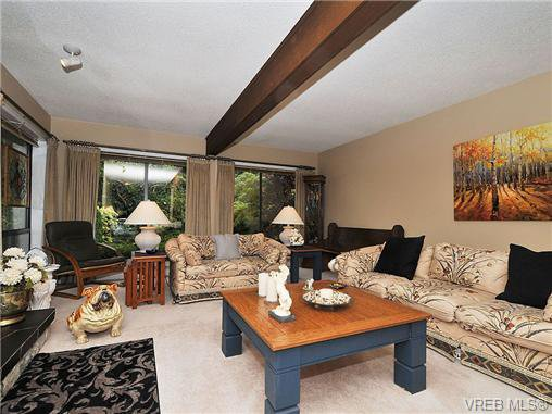 Photo 2: Photos: 970 WAGONWOOD Pl in VICTORIA: SE Broadmead Single Family Detached for sale (Saanich East)  : MLS®# 644448