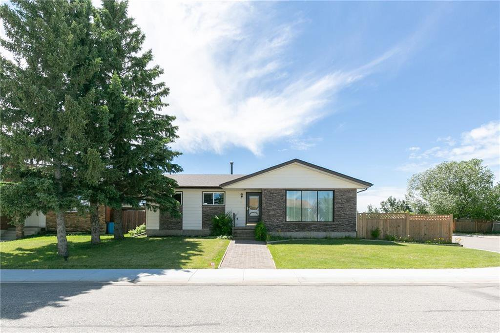 Main Photo: 27 Beaver Place: Beiseker Detached for sale : MLS®# C4306269