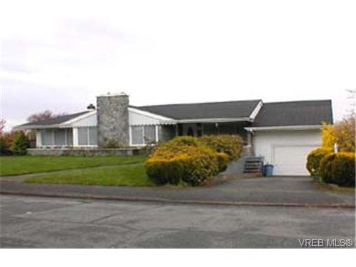 Main Photo: 2163 Middowne Rd in VICTORIA: OB Henderson Single Family Detached for sale (Oak Bay)  : MLS®# 284899