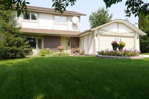 Main Photo: 79 Lakeside Drive in Winnipeg: Waverley Heights Single Family Detached for sale (South Winnipeg)  : MLS®# 1513162