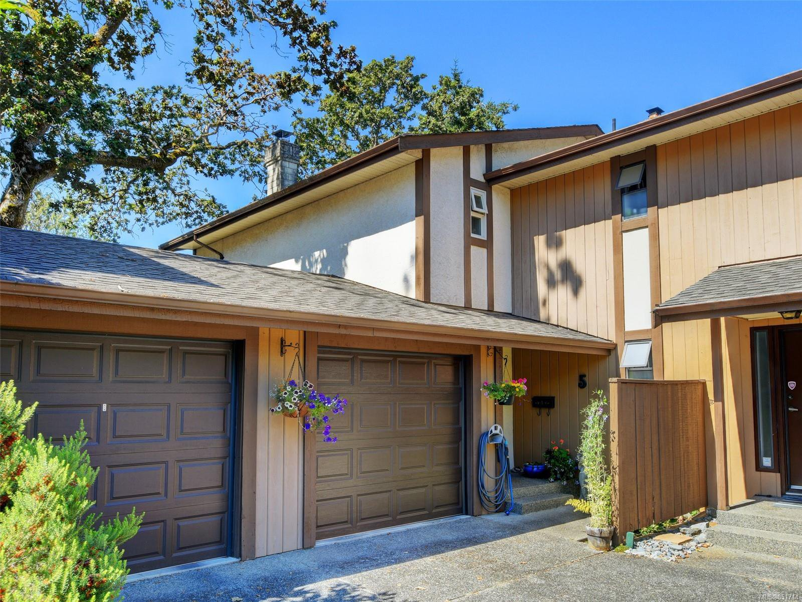 Main Photo: 5 1096 Stoba Lane in : SE Quadra Row/Townhouse for sale (Saanich East)  : MLS®# 851744
