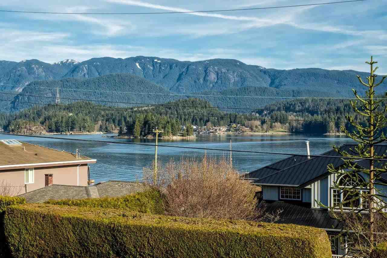 Photo 2: Photos: 345 BEACHVIEW DRIVE in North Vancouver: Dollarton House for sale : MLS®# R2035403