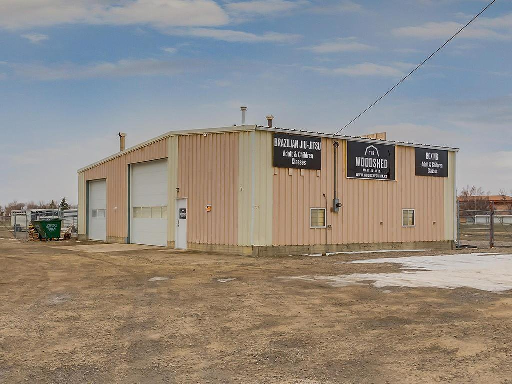 Main Photo: 221 43 Avenue E: Claresholm Industrial for sale : MLS®# C4274237
