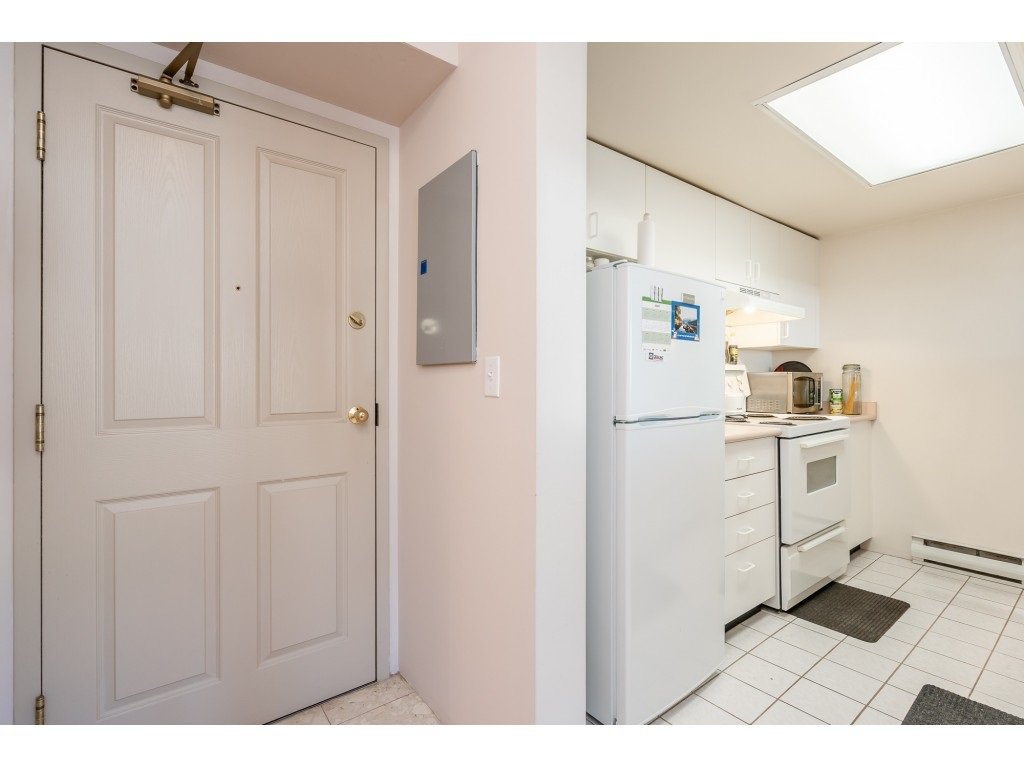 """Photo 3: Photos: 404 10523 UNIVERSITY Drive in Surrey: Whalley Condo for sale in """"GRANDVIEW COURT"""" (North Surrey)  : MLS®# R2445148"""