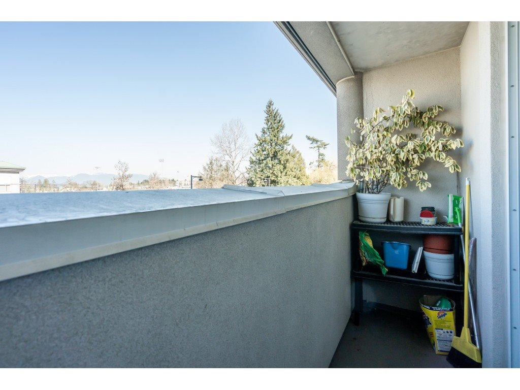 """Photo 18: Photos: 404 10523 UNIVERSITY Drive in Surrey: Whalley Condo for sale in """"GRANDVIEW COURT"""" (North Surrey)  : MLS®# R2445148"""
