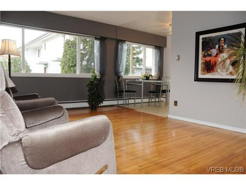 Main Photo: 424 W Burnside Rd in VICTORIA: SW Tillicum Condo Apartment for sale (Saanich West)  : MLS®# 557557